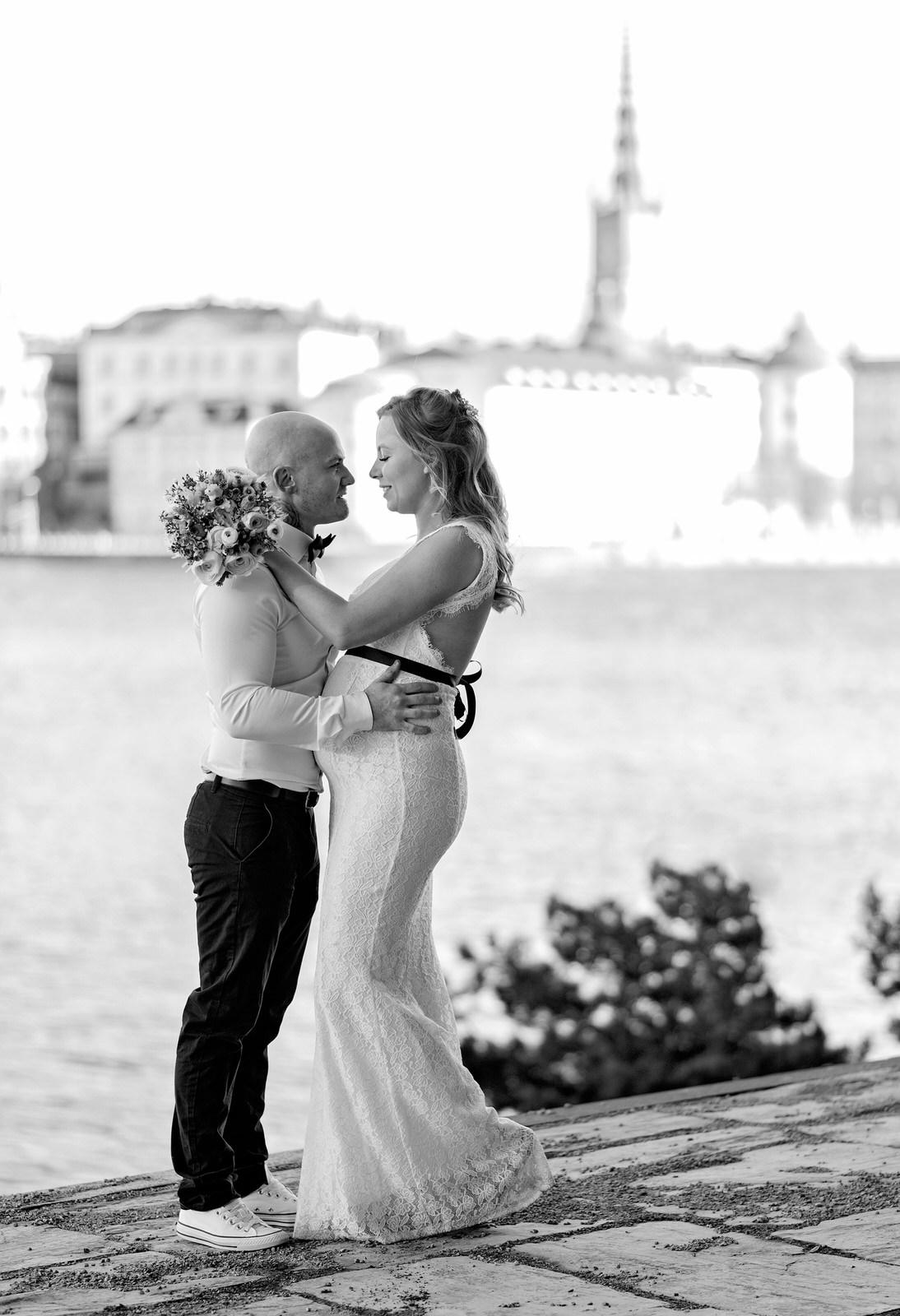 Brudpar i Stockholm vid havet