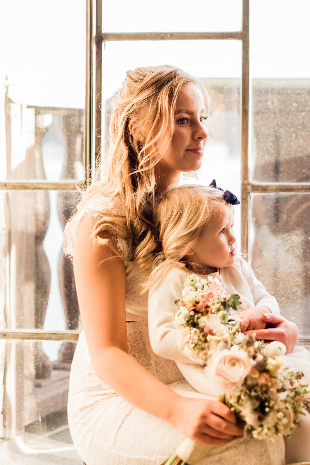 Brud och brudnäbb vid bröllopsfotografering och vigsel Stockholms Stadshus bröllopsfotograf Stockholm helloalora