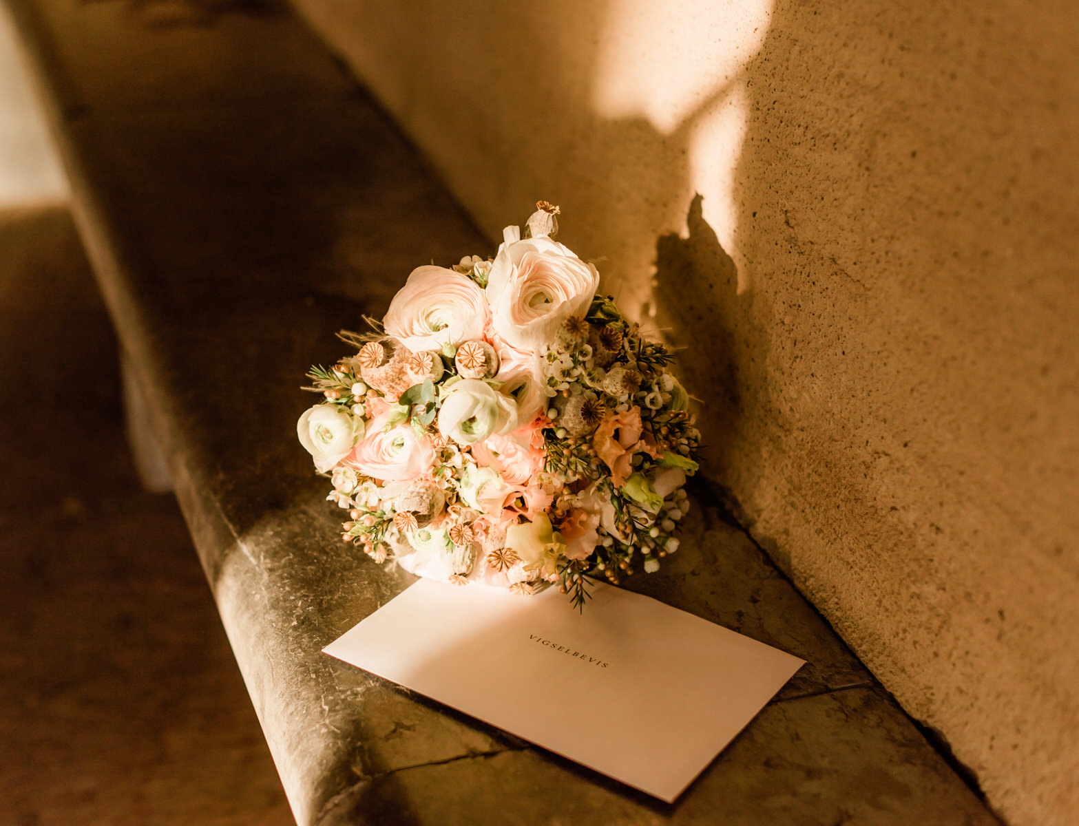 Bröllopsbukett stadshusvigsel bröllopsfotograf stockholm helloalora