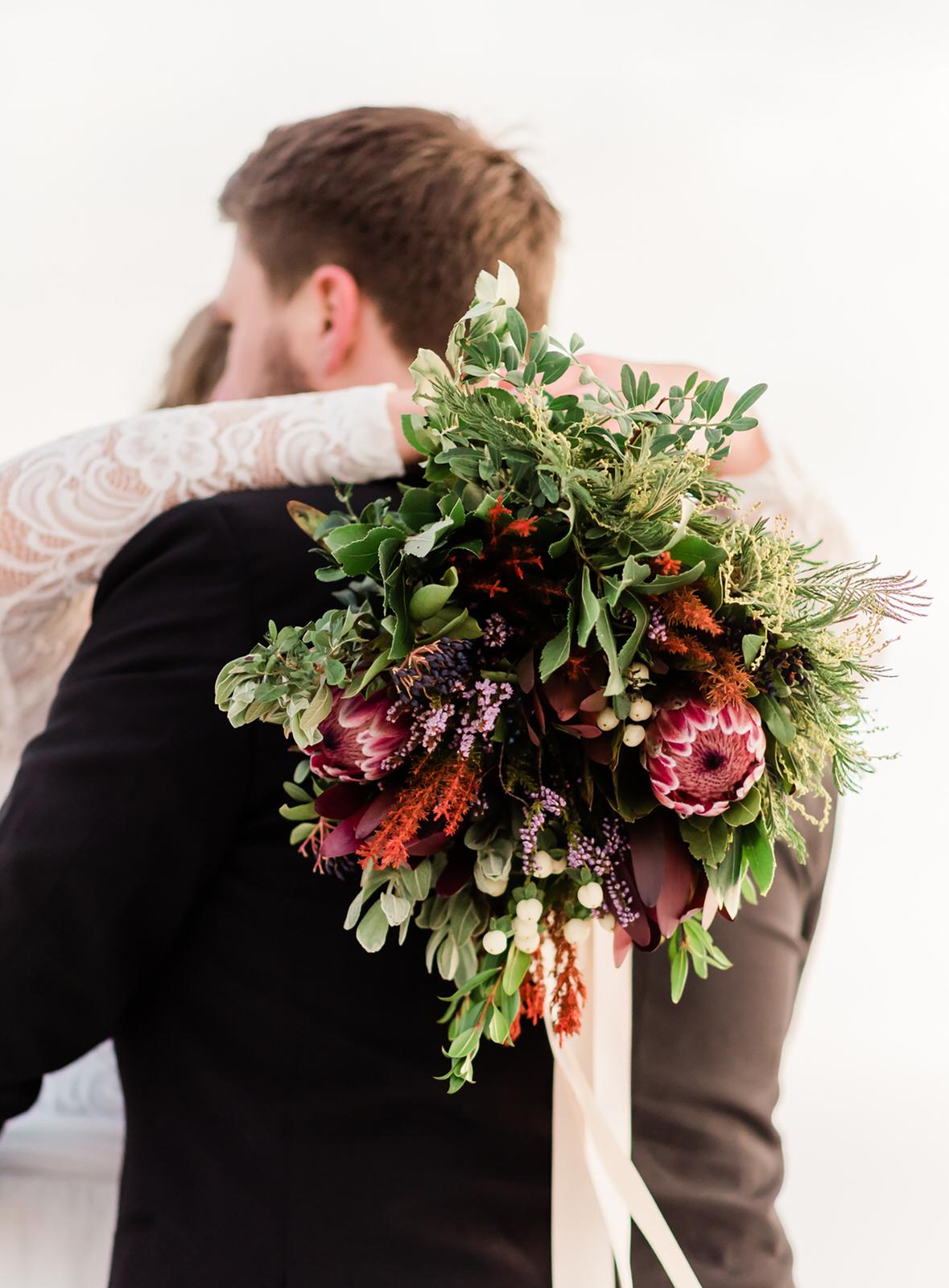 Vinterbröllop lappland brudbukett helloalora bröllopsfotograf