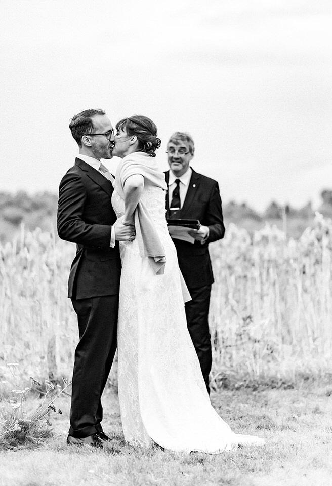 Utomhusvigsel bröllopsfotograf stockholm helloalora Schenströmska herrgården