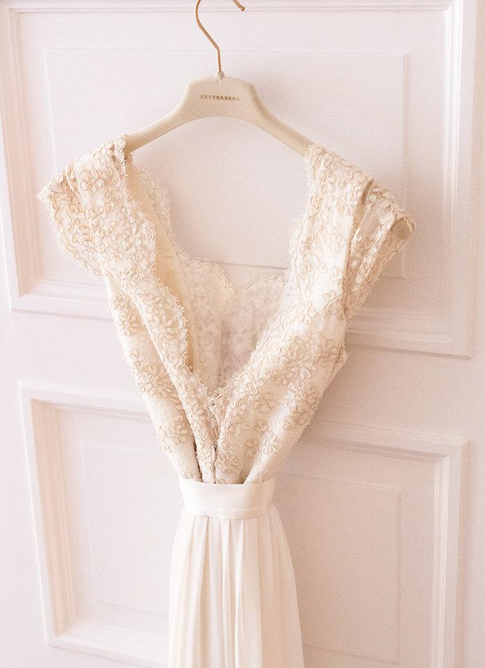 Brudklänning Zetterberg Couture med siden och fransk antik spets bröllopsfotografering helloalora