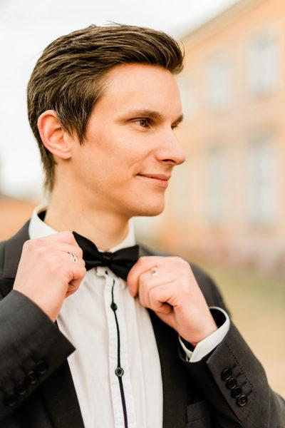 Brudgum inför bröllopsfotografering fotograf helloalora