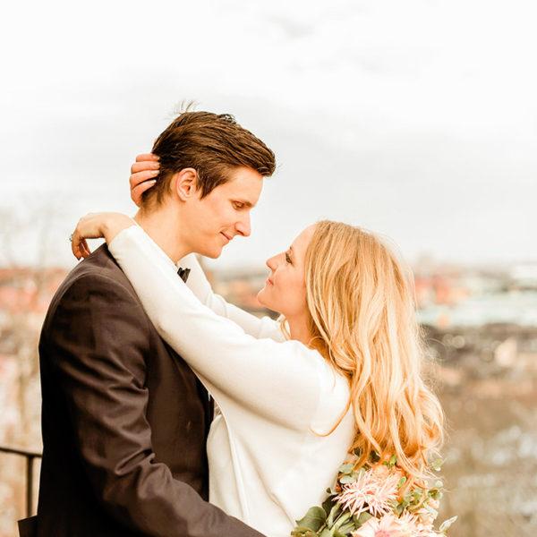 Brudpar under bröllopsfotografering i stockholm helloalora bröllopsfotograf