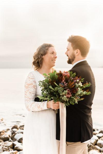 Spetsklänning och romantisk bukett vinter inspiration bröllopsfotograf stockholm helloalora