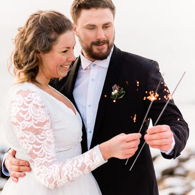 Tomtebloss sparklers vinterbröllop bröllopsfotograf helloalora Stockholm